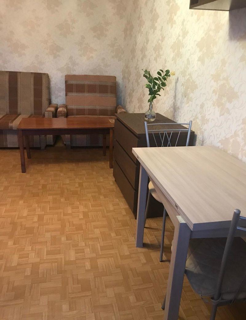 Есть мягкая мебель, шкафы, кухонный гарнитур, микроволновка.